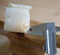 I kanten er den same spona bare 0,05 mm tjukk og går heilt ut i null. Dette gjer at spona går uhindra gjennom sponrommet og ikkje lagar krøll. Foto: Roald Renmælmo