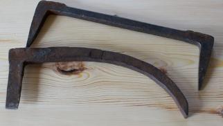 For å drive borda saman lagar vi til nokre trekilar, slår ned ein golvhake (eller haldhake) i golvåsen og driv kilane mellom denne og golvbordet. Foto: Roald Renmælmo