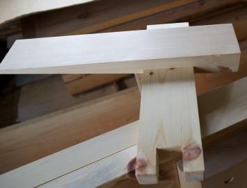 Kilen på plass i utsparinga i klossen. Nede er det tappa ut i klossen for at den skal stå stødig på spenntappen. Foto: Roald Renmælmo