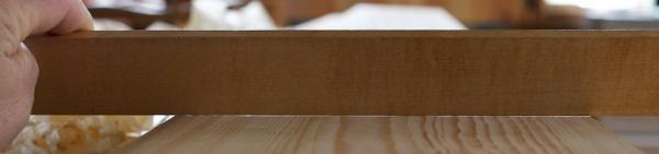 Med rettholten i motlys kjem det fram at bordet ikkje er 100% plant. Likevel vurderer eg det som plant nok. Foto: Roald Renmælmo