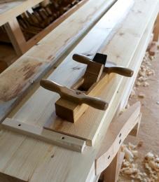 Skrubboksen med grovstilt tann er det rette verktøyet til den første grovhøvlinga. Når sponene blir opp mot 0,5 mm så er det ikkje mange høveltak før bordet er høveleg flatt. Foto: Roald Renmælmo