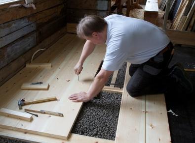 I endane av borda er det nødvendig å bore for spikaren. For å sikre seg mot problem med spikringa kan det løne seg å bore for alle spikrane. Foto: Roald Renmælmo