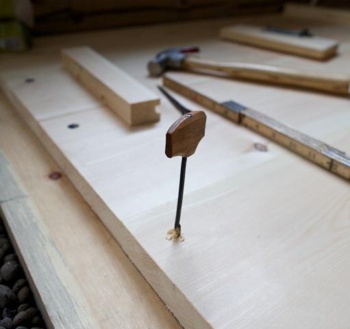 """Spikarbor, ein liten navar er ganske praktisk til å bore for spikaren. Eg spikrar 5/4"""" frå endeveden og 1 ½"""" frå kant. Foto: Roald Renmælmo"""