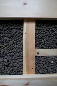 Når haldhaken blir tatt ut vil han etterlate seg spor i form av to hol i tilfararen. Slike hol er det ikkje uvanleg å finne i golvåsane i gamle hus. Foto: Roald Renmælmo
