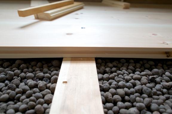 Her ser ein korleis bordet er høvla tynnare akkurat over tilfararen. Foto: Roald Renmælmo