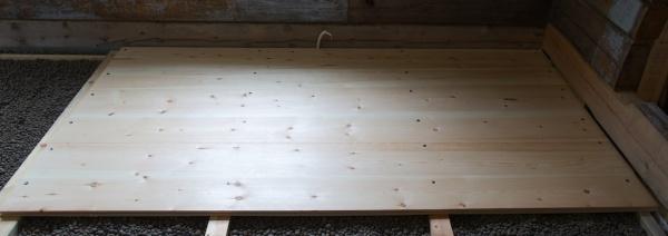 Dei første 6 golvborda er lagt. Foto: Roald Renmælmo