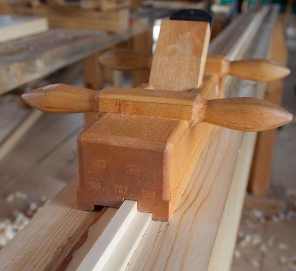 """Vi brukte to ulike sett med ploghøvlar til golvbord og panel. Dei nyaste golvplogane mine vart brukt til pløying av golvborda som var 1 ½"""" tjukke. Her er fjørhøvelen. Foto: Roald Renmælmo"""