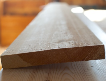 Bord som er vinne eller solvinne kan gjerne vri seg under tørk. Dette er eit vinnt bord sett frå enden. Når slik vinning blir for kraftig blir det vanskeleg å få høvla det slett. Foto: Roald Renmælmo