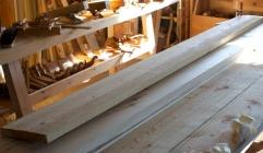 """Sett frå sida ser vi at bordet løftar seg frå benken med kring 1"""" i høgre bakkant når det er spennt opp med ei tvinge flatt med benken i framkant. Foto: Roald Renmælmo"""