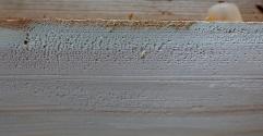 På høgre side av margen riv høvelen i motveden på vinne bord. Om borda er solvinne blir det tilsvarande på venstre side av margen. Det blir verst utriving med grovstilt høvel med stor sponåpning. Det går an å stille skrubboksen litt finare for å begrense utrivinga. Kvasst høvelstål er uansett det viktigaste for å redusere slik utriving. Foto: Roald Renmælmo
