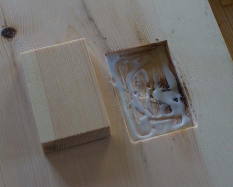 Eg fyller holet og sidene med lim. Her brukar eg vanleg kvitlim men lim som fyller ut holrom kan vere ein fordel. Foto: Roald Renmælmo