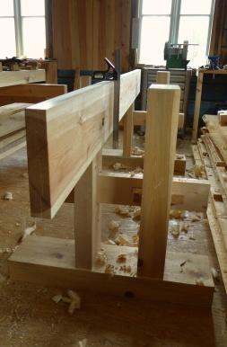Når langbordet er høvla rett på innsida kan ein bruke vinkel for å sjekke at kanten av bordet er i vinkel i høve til flata. Er flata i lodd kan ein bruke vater for å sjekke vinkelen. Foto: Roald Renmælmo