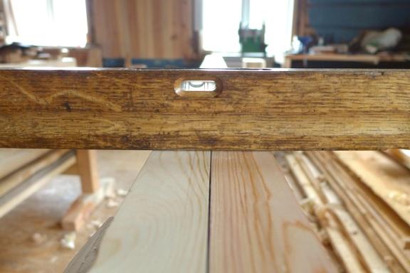Vateren er også bra å ha til å sjekke at det faste og det lause langbordet er like høge i heile lengda. Foto: Roald Renmælmo