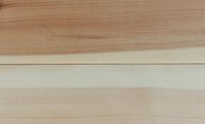 Feil i form av kul eller søkk i overkanten av langborda vil framstå som ei glipe mellom borda. Her er ei glipe på ca 0,5 mm. Det er så lite at det blir omlag 0,2 mm feil på golvborda under høvling. Det kan ein akseptere på lange lengder. Foto: Roald Renmælmo