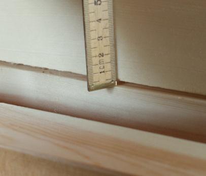For å samanlikne har eg lagt på eit golvbord som ikkje er høvla på kant og har kantinga frå saga. Det har ein langkrok på nesten 4 mm. Det er ein dramatisk feil om det ser slik ut etter høvling. Dette for å vise nyansane. Foto: Roald Renmælmo
