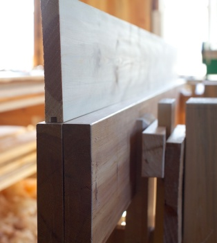 Ganske riktig var det ein liten kuv i langborda. Glipa mellom langbordet og bordet er dobbelt så stor som feilen, det viser tydeleg. Det er ikkje mykje høvling med langhøvelen som skal til for å fjerne dette avviket så ver forsiktig. Eg justerer langborda med langhøvelen og prøvar på nytt og skyte beint bordet og prøver til eg er fornøgd. Dette golvbordet er litt vindt og er derfor ikkje optimalt for bruk til retting av langborda i skottbenken. Foto: Roald Renmælmo