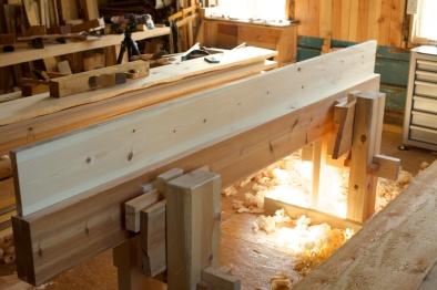 For å justere skottbenken slik at eg ikkje får denne feilen prøvar eg øverkanten med eit ferdighøvla golvbord. Foto: Roald Renmælmo