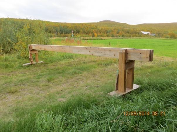 Skottbenken som Arne har snikra seg. Benken er 4,6 meter lang og langborda har dimensjon på 44 mm x 165 mm. Foto: Arne Graven