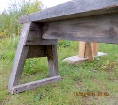 Detalj av korleis foten på langbenken er laga. Benken er truleg godt egna til høvling av flask. Foto: Arne Graven