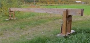 Skottbenken som Arne Graven har snikra. Stramminga skjer med kilane som er festa med tau til føtene på benken. Foto: Arne Graven