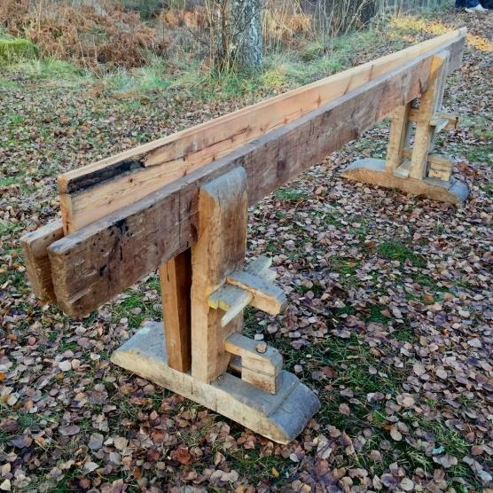 Skottbenken har lengd på ganske nøyaktig 5 alen. Høgda er 29 tommar, 76 cm. Foto: Roald Renmælmo