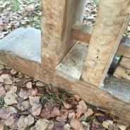 Nede er det ein avstandskloss på eine foten. Denne er for at kilane skal spenne mot bordet oppe. Foto: Roald Renmælmo