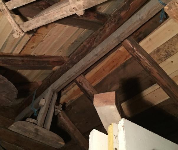 Under taket i lagerbygget som husa skottbenken heng det nok ein skottbenk. Denne vart ikkje tatt ut og fotografert i denne omgangen. Foto: Roald Renmælmo
