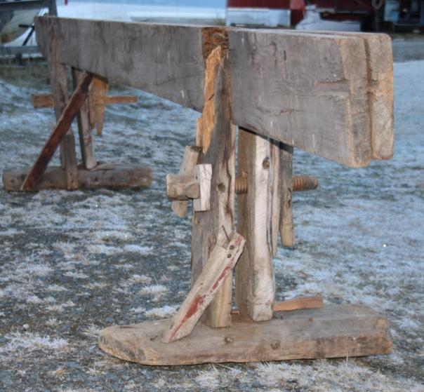 Skottbenken er tatt ut for fotografering. Langborda på benken er 4,63 cm lange og arbeidshøgda er 82 cm. Foto: Thor Larssen