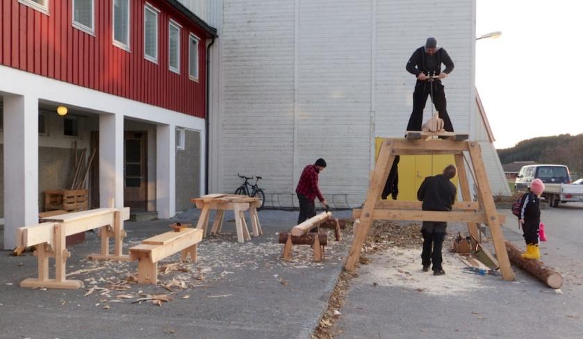 Her har vi rigga oss til på skoleplassen med sagstilling, ryarbukkar, langbenk og skottbenk. Foto: Roald Renmælmo