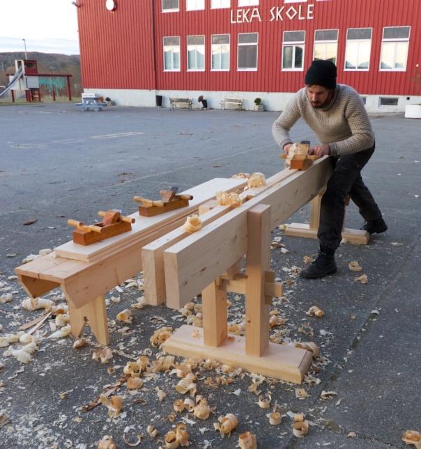 Einar på plass på Leka skole med langbenken og skottbenken som han har laga seg. Skottbenken vert stramma med kilar. Foto: Roald Renmælmo
