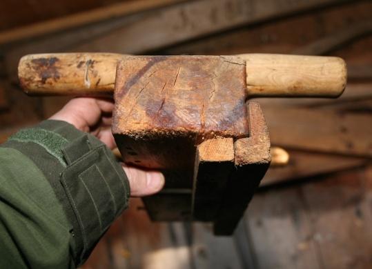Skottokse frå Holm i Os i Østerdalen. Høvelen kan ha vore brukt saman med skottbenken på garden. Foto: Roald Renmælmo
