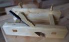 Ein nylaga ploghøvel er smurt inn med kokt linolje og skal få tørke før vidare behandling. Foto: Roald Renmælmo