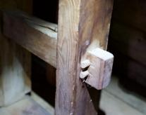 Spenntappane er låst med to trenaglar i kvar ende. Nede er føtene tappa gjennom fotplata. Foto: Roald Renmælmo