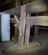 Skottbenken med langbord er av typen som vert stramma med skruvar og har eine foten laus. Lengda er så vidt over 5 meter, 8 alen. Foto: Roald Renmælmo
