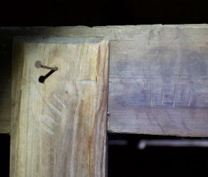 Langborda er festa til føtene som drevspon og kvar felling er merka for at ein ikkje skal ta feil under montering. Foto: Roald Renmælmo