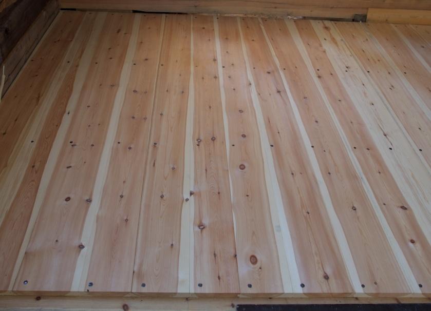 Golvborda er spikra med synleg smidd spikar. Spikaren er smidd av Mabäcker byggnadssmide i Dalsland i Sverige. Foto: Roald Renmælmo