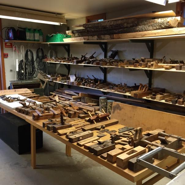 Noko av høvelsamlinga til Romsdalsmuseet var samla i verkstaden i samband med kurs i høvelmaking. Her er samla mykje spennande. Foto: Roald Renmælmo