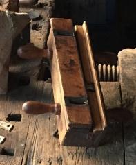 I ein av høvlane i snikkarverkstadutstillinga er ein ploghøvel med justerbart land og justerbar breidde på stålet. Foto: Roald Renmælmo