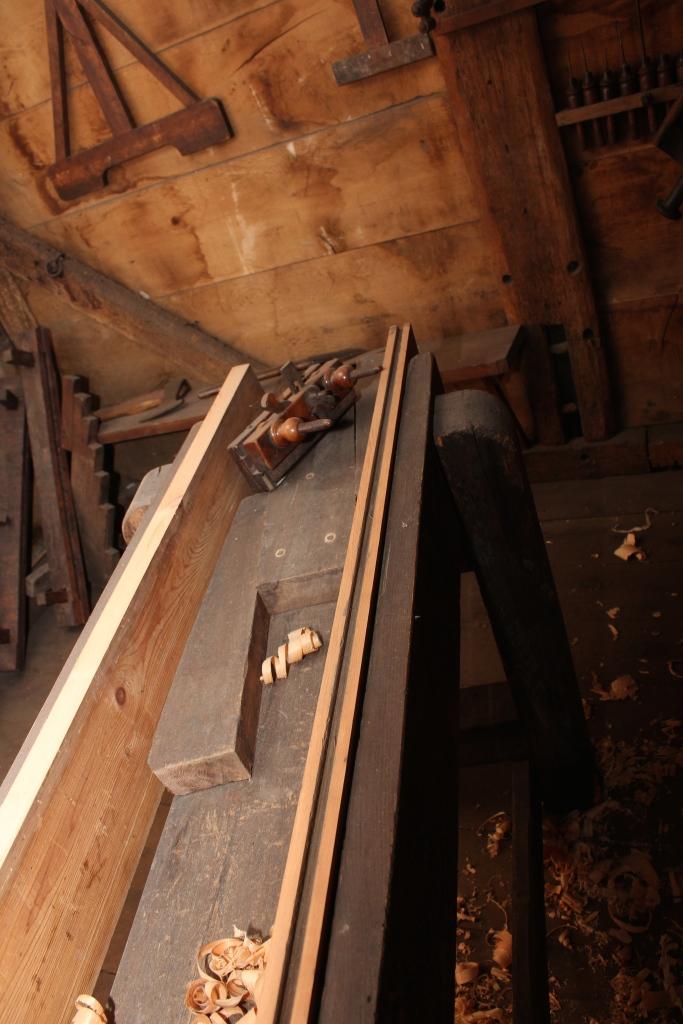 Fastspenningen av bordene skjer med en kile som drives inn mellom den faste klossen midt i benken.