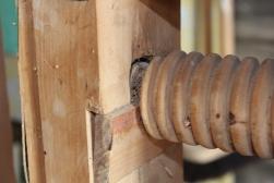 Skruen er låst til det bevegelige beinet med en kile så beinet blir med på returen.