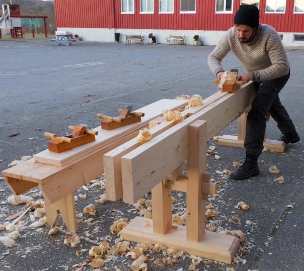 Einar Strand høvlar på sin nylaga skottbenk. Den låge benken til venstre er for å høvle flask på borda før kanthøvling. Foto: Roald Renmælmo