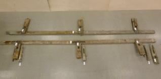 Benken lagt flatt utover. De hvite lappene er nummerlapper som angir de enkelte delene. Langbordene er 571 cm. Foto: Dino Makridis