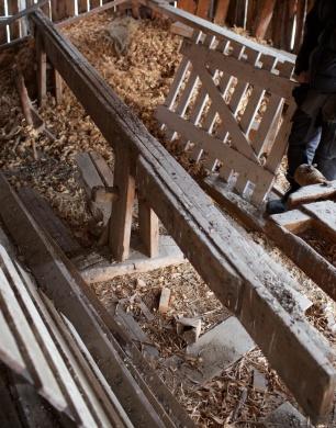Skottbenken er 7 ¼ alen lang (4,55 meter) men har vore noko kortare. Han er forlenga med bord som er skøytt på i eine enden. Foto: Roald Renmælmo