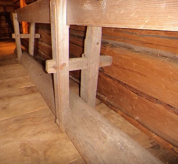 """Stolpene er kilt ned i bunnstokken, som er en rundstokk 6 ½"""" – 10"""" som er kantet under, og både felt inn og kilt i plankene. Foto: Jørn Ulven"""