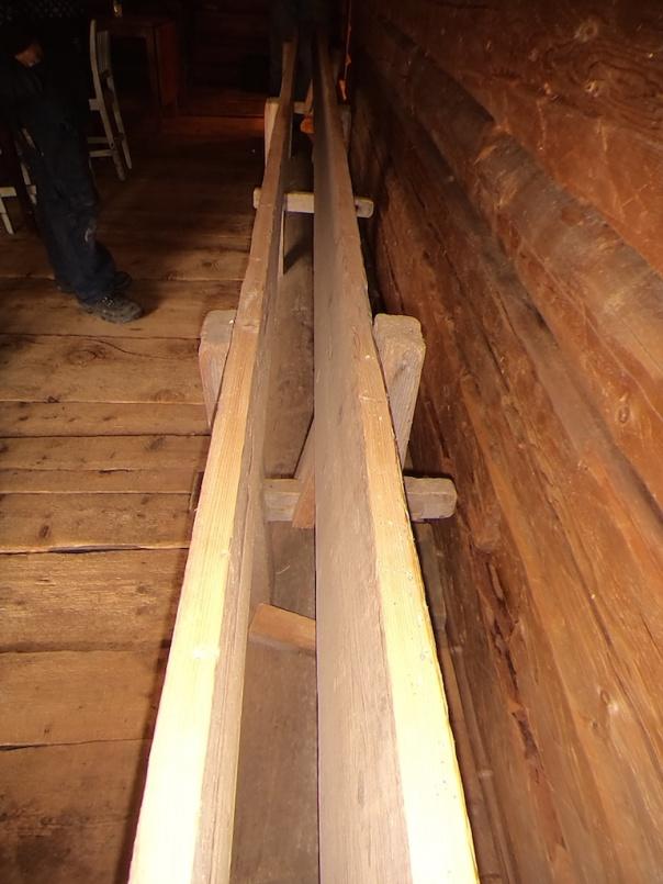 """Fastplanken er 6"""" x 1 5/16"""", mens løsplanken er på 6"""" x 5/4, løsplanken har stolper på 3 ¾"""" x 13"""" med 1 ½"""" spor til tverrstaget ( 1 ½""""*2 3/8"""" ). Foto: Jørn Ulven"""