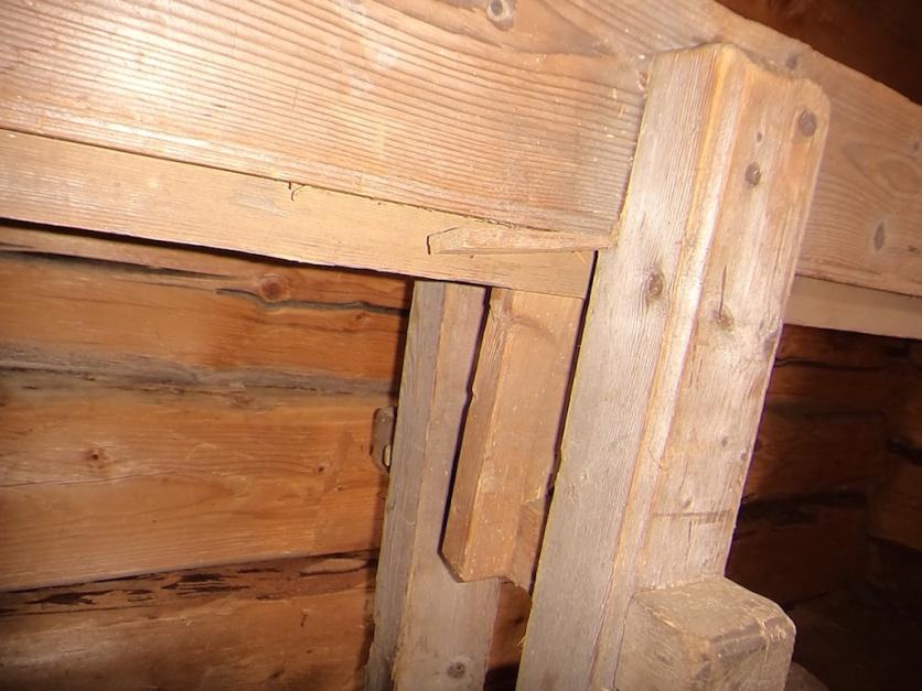 Detalj av skottbenken. Her er det brukt en kile til å juster høgda på det faste langbordet. Foto: Jørn Ulven