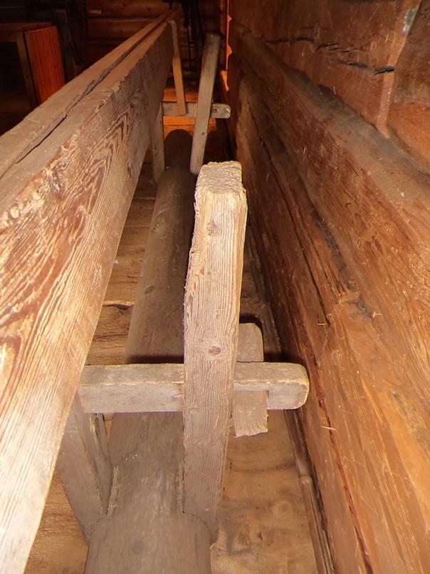 Tverrstagene er låst med kon låsepinne på den ene siden og kile (23mm x 40mm - 60mm x 210mm) på den andre. Foto: Jørn Ulven