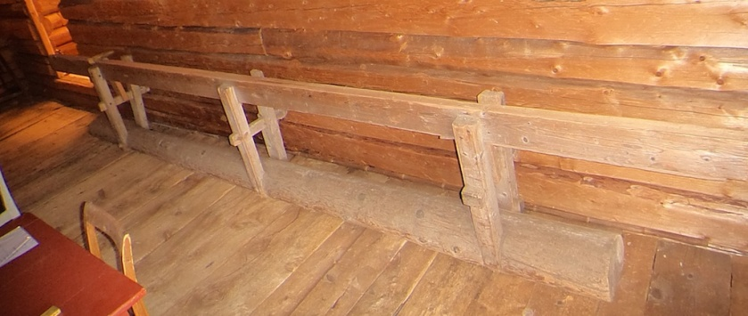 Skottbenk frå garden Ulset i Vestre Gausdal i Gausdal kommune. Skottbenken står på garden som i dag er eigd av Gausdal Historielag. Foto: Jørn Ulven