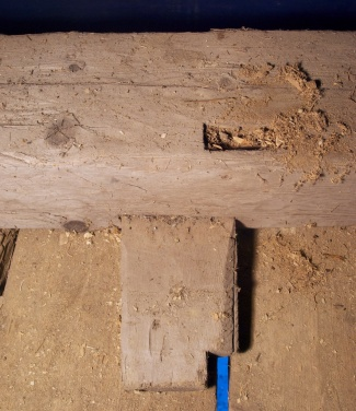 Det er to slike fjøler som er grada inn i underkant av fotstokken og sørgjer for å gjere den stødigare. Foto: Niels J. Røine