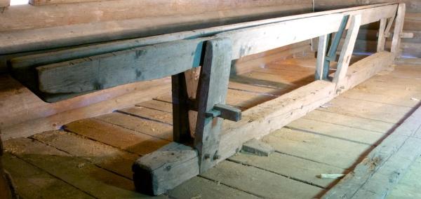 Skottbenken som i dag står på Maihaugen er truleg frå Vedum i Fåberg og står i dag i vedskålen frå Vedum som er flytt til Maihaugen. Foto: Niels J. Røine